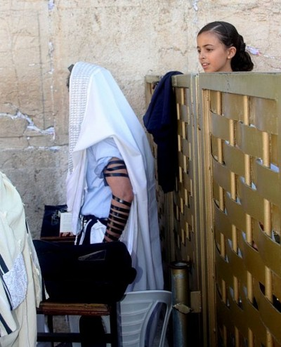 485px-Girl_at_western_wall_looking