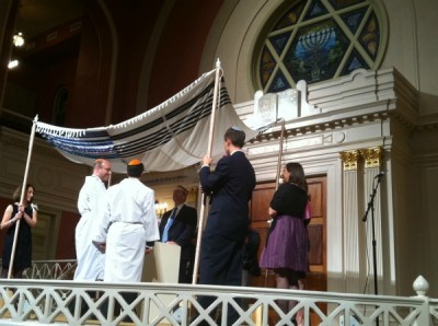 Rabbi Steve Greenberg presiding at the world's first Orthodox gay wedding. | CC via RACRJ