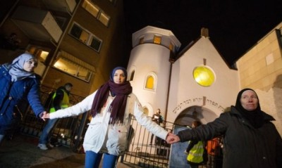 Peace ring formed around Oslo synagogue | Photo Credit: Shalom Life.