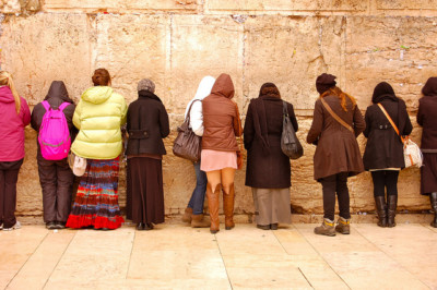 Women pray at the Western Wall. | By Meaghan O'Neill [CC BY 2.0], via Creative Commons